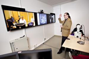"""HEJ HEJ. Robert Stewing, systemutvecklare på Landsstinget Gävleborg visar hur sjukhuset kan koppla upp sig mot kollegor i Norge och diskutera röntgenbilder och provsvar."""" Färre patienter behöver åka till Uppsala i onödan för experterna har redan sett det de behöver."""""""