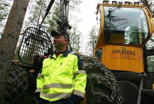 Anders Magnusson, Färila, är en av de förare som ska köra elhybriden.– Det var ovant i början men nu tycker jag att maskinen fungerar bra,  säger Magnusson som har arbetat som skogsmaskinförare i 20 år.
