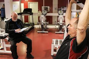 Christian Pluschke kämpar på med sin träning under överinseende av Christer Norin.