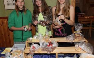 Gustav Kristiansson, Maja johasson och Ronja Lökås frestade marknadsbesökarna med hembakt bröd. Foto: Curt Kvicker