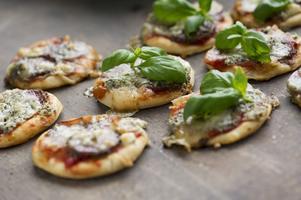 Enkla, snabba och supergoda minipizzor med salami, ädelost och mozzarella.
