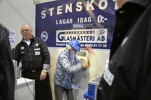 Gabriel Hansson gör sitt bästa för att krossa glasrutan och vinna 1000 kronor. Bo Persson från Hallsbergs glasmästare AB är inte rädd för att bli av med pengarna: – På lördag eftermiddag kan vi lägga två tusenlappar i potten, ler han.