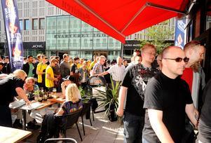 Löftet om gratis öl fick många att köa till restaurang Bankiren i centrala Västerås på fredagskvällen.