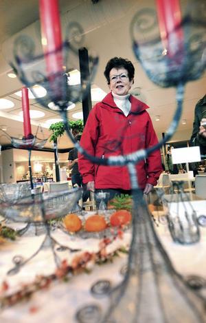 Julshopping. Birgit Åberg beundrade luffarslöjd och letade julklappar.
