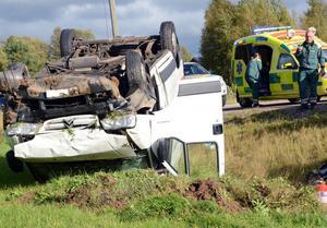 Bilen voltade och blev liggande på taket. Föraren, en yngre man som var ensam i bilen, kunde själv ta sig ur och lyckligtvis var han oskadad.