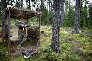 Hans Åsberg trivs i sitt ombonade pass, ett av flera som han har ansvar för av jaktlagets totalt 70 pass.
