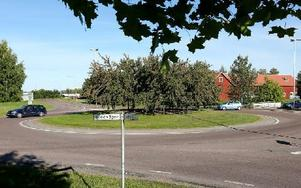 Kullsgårdsrondellen – i korsningen Tunagatan-Lustbergsgatan. Kullsgården är en del av en lada. Foto: Johnny Fredborg