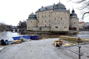 Soldäck på gång. I slutet av april, till påsk ska bygget utanför Slottet bli klart.