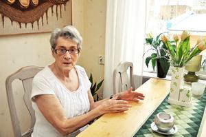 """Birgitta Carlsson som bor på Fyrklöverns servicehus tycker att det känns otryggt att personalen är längre bort än tidigare. """"Så känner alla här. Det finns ingen i närheten om det skulle hända något"""", säger hon."""