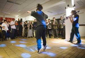 Aleksandra Cigarcic och Jörgen Vedeler inledde kvällen med en uppvisning i streetdance.