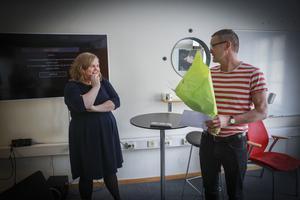 Daniel Bertil, jurymedlem, kom med blommor när det annonserades att ÖP:s kulturredaktör Karin Jonsson är årets Klara Lindh-stipendiat.
