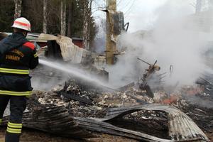 Ett uthus med garage, verkstad, pannrum och flisförråd brann tidigt på onsdagsmorgonen ner till grunden.
