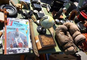 Ett typiskt loppisbord på Veteranmarknaden.