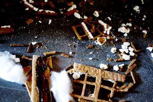 I många hushåll äts pepparkakshuset upp när julen är över, men länsmuseets personal kommer inte att mumsa i sig de här resterna på sina fikaraster.