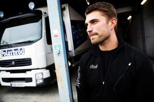 Mathias Nylund tycker att det borde göras en individuell bedömning av diabetikers förutsättningar för att köra tung lastbil. Alla kör inte 40 timmar i veckan, hans tid i lastbilen är högst 1,5 timme per dag.