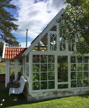 Växthuset består av runt 30 olika fönster varav en del är färgade.