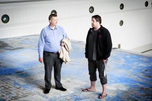 Torbjörn Englund och Magnus Engström konstaterar att det är de äldre ungdomarna i klubben som får lida mest för att den stora bassängen i sporthallen inte går att använda.