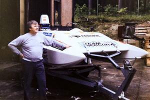 Här visar Henry Johansson på Fritidsprodukter upp sin vattenskidbåt, som Christer Oliw, Arne Johansson och Tord Kristoffersson skördade stora framgångar med under -1980 talet.