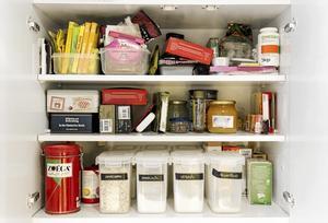 Matkoll. Små lådor, burkar och märklappar hjälper dig att bringa ordning i skafferiutrymmena.