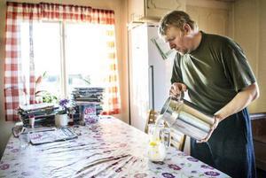 Nils-Erik Bergkvist har en mjölkgård med 40-talet kor och säljer årligen runt 100 liter opastöriserad mjölk direkt till konsumenter. Själv har han aldrig druckit annat än opastöriserad mjölk i hela sitt liv och hävdar att han aldrig blivit sjuk.