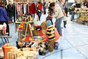 Det fanns mycket prylar i ishallen och många besökte loppmarknaden i Sveg under lördagen.