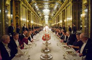 Nobelfesten är nog en av världens mest prestigefyllda middagssittningar. För att inte tala om maten – så Andreas Edlund får nog det han gör.                                     Foto: Scanpix