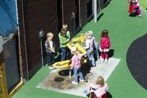 Vid varje lekredskap stod en massa barn och lekte.