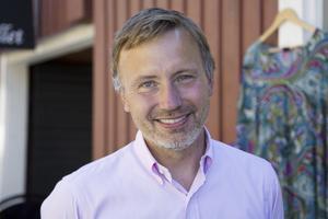 Lasse Tapper, mäklare på Fastighetsbyrån känner att humöret har vänt på fritidshusmarknaden. – Det kan bero på att säljarna har accepterat att det har varit en liten prisnedgång och att köparna har hittat vägar till finansiering, säger han.