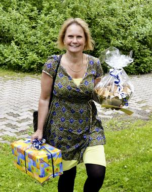 Gratulant. Landstingsrådet Marie-Louise Forsberg-Fransson kom med pepparkakor och present till firandet i Lindesberg.
