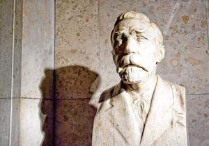 Outgrundlig. Bysten av Alfred Nobel ger inga svar på vad han tycker om den senaste tidens fredspristagare. Men utnämningarna ger desto större genklang i världen.arkivbild: Henrik Montgomery SCANPIX