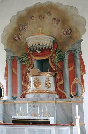 Ilsbo kyrka inreddes 1846–1847 av Blombergsson. Observera predikstolen ovanför altaret.