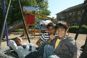 Abdirahman, Elias och Mushin käkade glass i den stora, nya gungan.