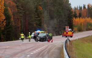 Personbilen fick stora delar av fronten förstörd och två av tre personer som färdades i bilen fick föras till sjukhus. Foto: Beatrice Åström/DT