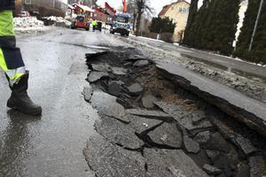 Vattenläckan på Högbergsgatan, delen Porsgatan-Vindelgatan, uppstod troligen någon gång under måndagsdygnet. Ett cirka sju meter långt, 2,5 meter brett och som mest 90 centimeter djupt hål bildades.