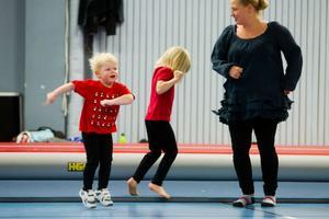 Agnes Thurfjell dansar jenka-rock tillsammans med Thea och