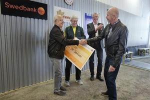 Under höga applåder från ett 50-tal bouleentusiaster räcktes checken på 25 000 kronor över.