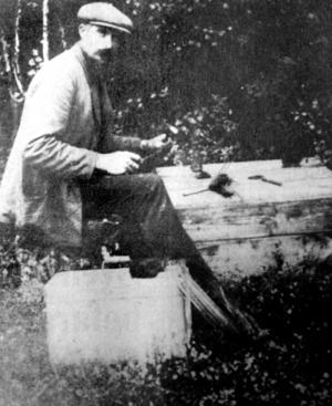 Ett fotografi av gårdfarihandlaren, vagabonden och Mockfjärdslegenden Anders Ring taget i början av 1900-talet. Ring, som kallades Kung Ring, var känd för sina trådarbeten med vilka han på bilden ses arbeta.