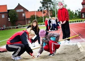 Att få barn och unga att engagera sig i idrottsföreningar är ett bra sätt att få dem att undvika alkohol, narkotika och kriminalitet, skriver debattören. Foto: Lars-Eje Lyrefelt