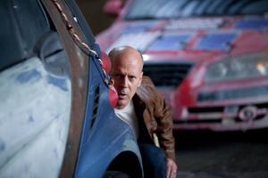 """Bruce Willis spelar den äldre versionen av yrkesmördaren Joe, i framtidsthrillern """"Looper""""."""