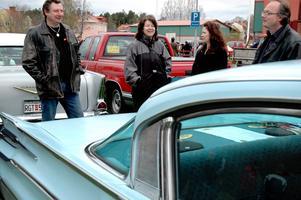 Gemensamt intresse. Karin Sjödal, trea från vänster, äger denna Mercury Park Lane, årsmodell 1959. Intresset är för henne en väg att umgås.