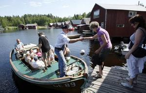BÅTTUR. Kjell-Åke Ederyd hjälper kvinnorna ombord. Många vill ta en tur ut från Gårdskärs fiskeläger.