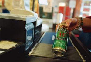 Måste vara 18 år. Många struntar i att kolla åldern när unga köper öl.