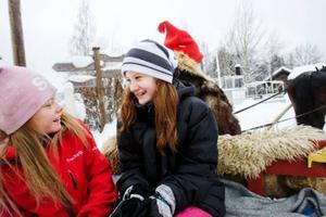 Felicia Lindgren och Ida Hedström passar på att åka häst och släde under Jamtli vinterland.