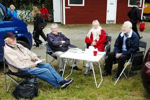"""Lasse Nilsson, Karl-Gustav Haålin, Margareta Nilsson och John-Olof Söderberg siktar på storvinster. """"Fyra rätt av fyra möjliga hittills, det ser bra ut"""", säger Lasse."""