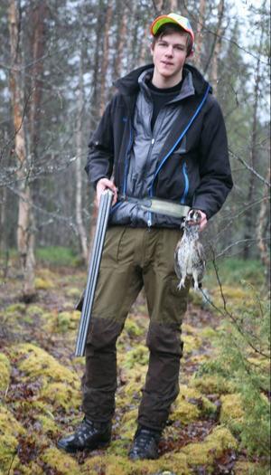Efter grundskolan i Gäddede  satsade Mathias Heimdahl från  Stora Blåsjön på Dille naturbruksgymnasium i Ås. Jakt och fiske  är stora intressen. Här har en  järpe nyss lockats inom skott- håll med den järppipa som  Mathias har i munnen.