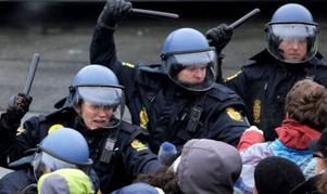 Polis håller tillbaka demonstranter utanför Bella Center på onsdagen.Foto: Peter Dejong/AP/Scanpix