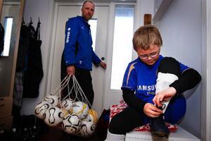 Lasse och Emil är snart redo att ge sig iväg. En av många träningskvällar står för dörren.Lasse Pettersson och Maria Nyberg med pojkarna Oscar och Emil har lärt sig att planera  sina kvällar. ÖP-lirets träningar prioriteras just nu.