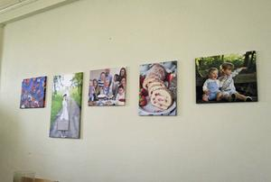 Väggen i vardagsrummet är dekorerad med bilder som Fredrik Nylén har tagit.