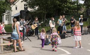 Kulturskolans sommarband avslutade sin sommarjobbsturné med en spelning för barn och personal på Bäckmo förskola i Söråker. På eftermiddagen spelade de på Strandbos äldreboende.