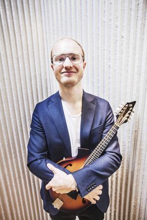 Karl Tirén är ledare för sommarspelmanslaget. Själv spelar han mandolin.